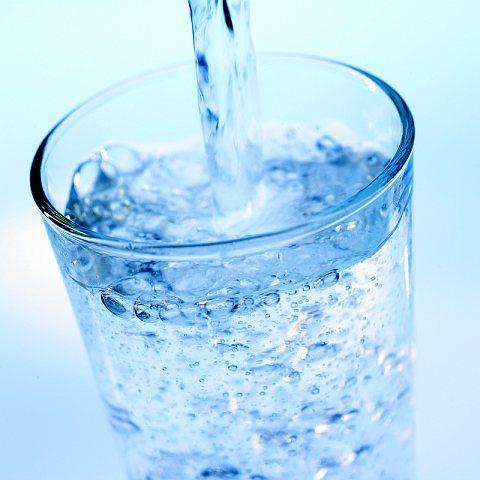 378457-copo-com-agua