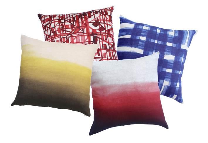 Almofadas da O PANO de 210 por 168 reais cada na Sala Suburbano Coração projetada por Janete Oldemburg