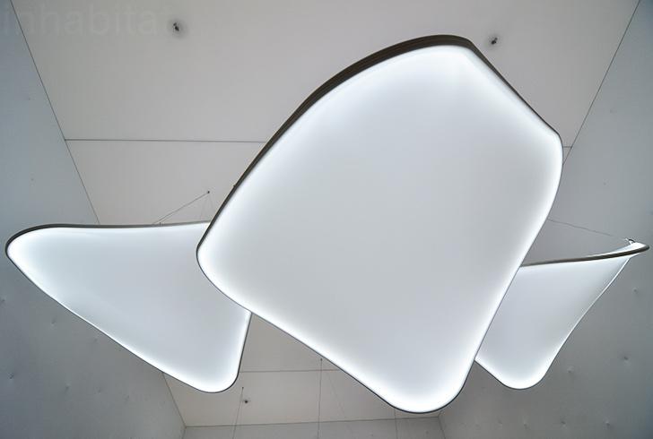 Ross Lovegrove uniu-se a Barrisol para criar o pavilhão branco, com luminárias esculturais e flutuantes de LED.