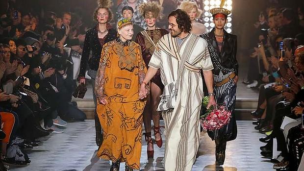 Vivienne Westwood e seu marido Andreas Kronthaler sendo aplaudidos no final do desfile da coleção PAP out_inv 2014-2015 apresentada em Paris. Photo_AP.jpg