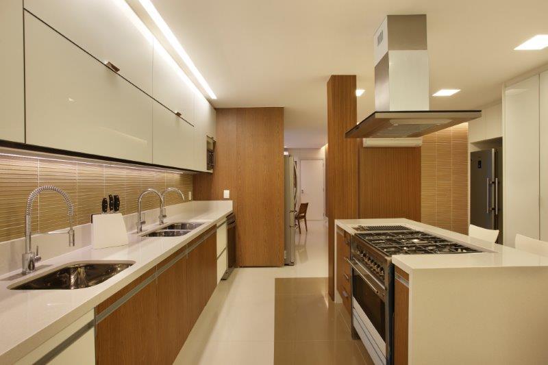 Cozinha com ilha em cobertura na Barra da Tijuca - projeto da decoradora SOLANGE MEDINA