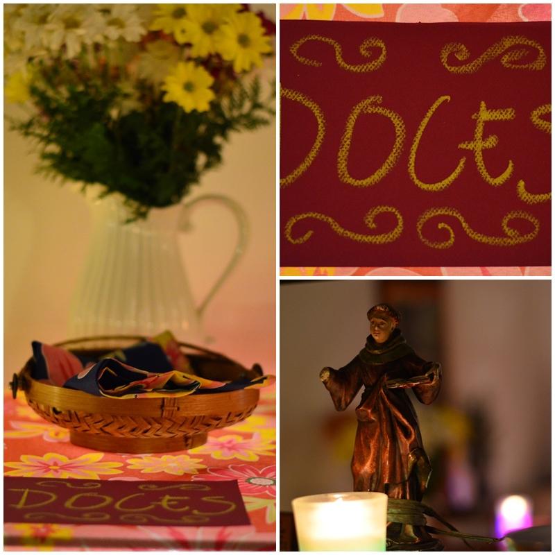 A mesa foi coberta com toalha de chita fininha, e as luzes de Natal foram colocadas sob a mesa para iluminar. Os cartazes indicando comidas e bebidas foram feitos com papel colorido e giz. muito fácil.