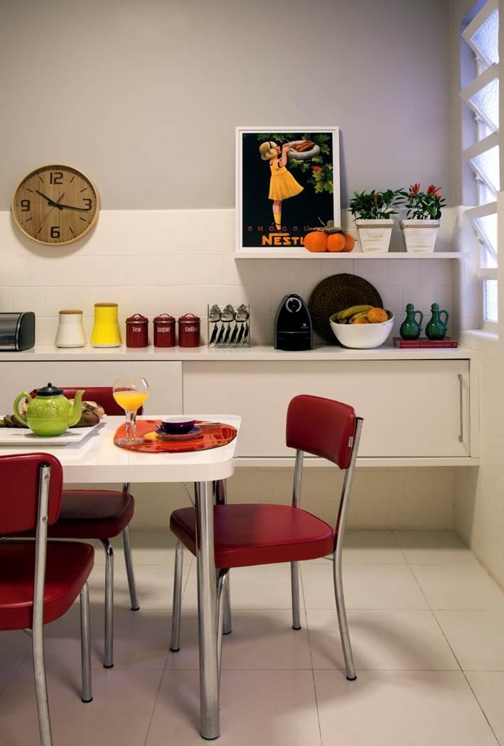 Cozinha: Cadeiras e mesa de refeições: Tok Stok Armário em laca branca: Marcenaria Monte Sião