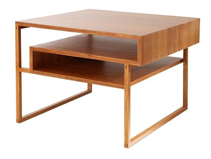Mesa lateral Minim assinada pela designer Juliana Llussá em cumaru com 70x70x54cm de alt por R$ 6.900