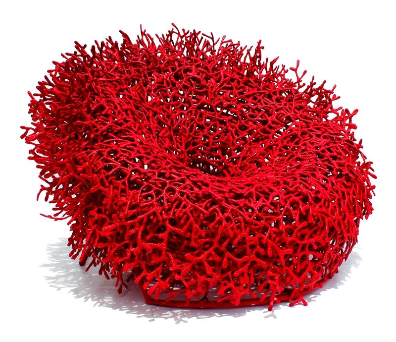 Poltrona Acaú, inspirada nos recifes de coral, assinada pelo designer Sergio Matos com estrutura de alumínio e fio de algodão com 145x90cm por R$26mil no SHOWROOM