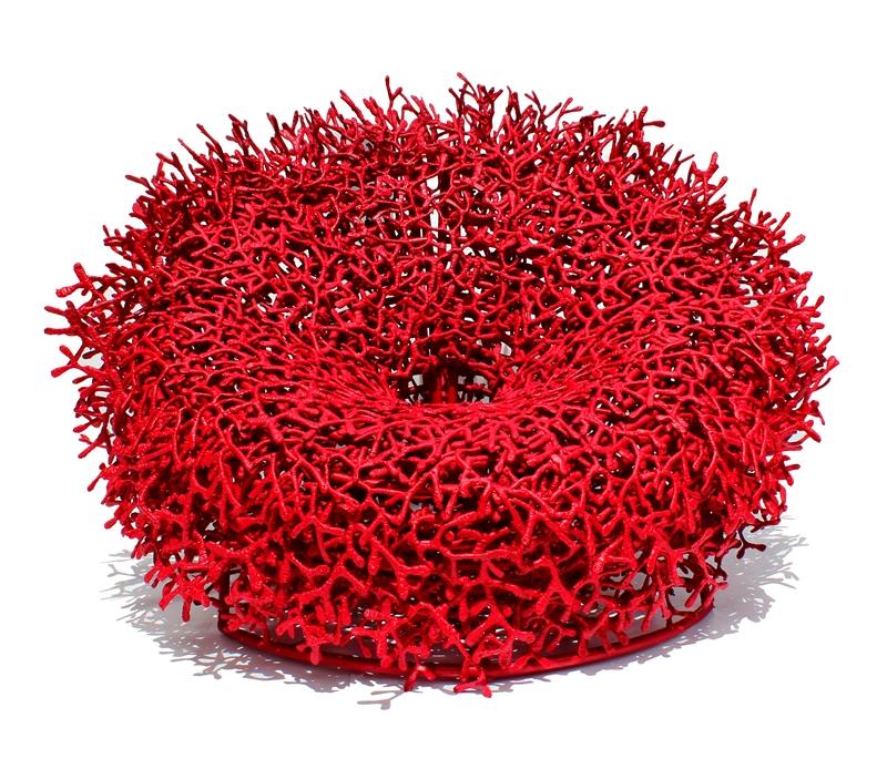 Poltrona Acaú, inspirada nos recifes de coral, assinada pelo designer Sergio Matos com estrutura de alumínio e fio de algodão com 145x90cm por R$26mil no SHOWROOM HETT