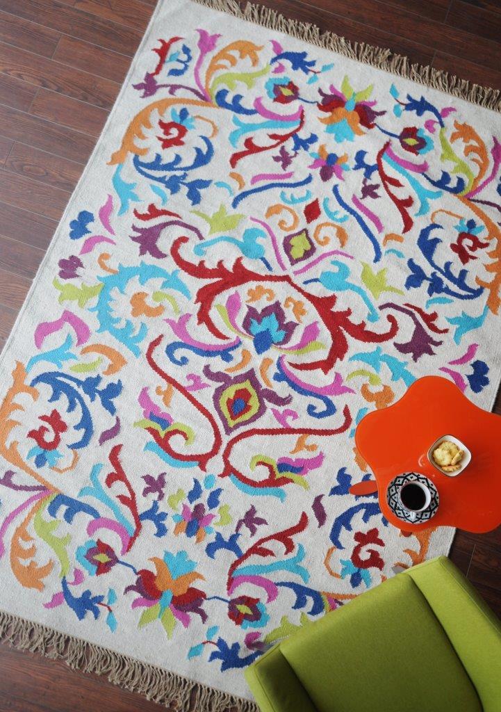 Tapete modelo Kilim Bloom tramado artesanalmente em lã com algodão com 160x230cm por 4.660 reais na BALAI