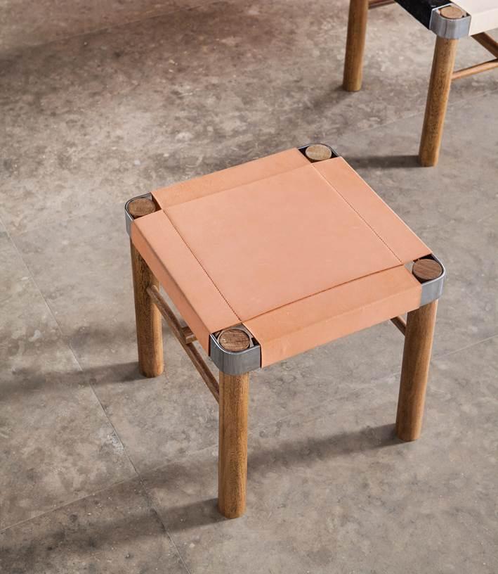Banco de 01 lugar com pés em madeira maciça, estrutura do assento em aço cromado ou pintado e couro Medidas 42(L) x 42(A) x 42(P) Pode ser em couro de vaca ou latego Couro de vaca - 3.250,00