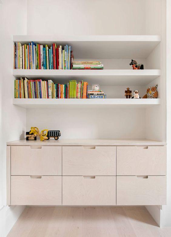 Um canto na circulação pode virar um mini escritório ou um lugar para guardar os brinquedos.