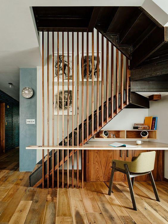 Um espaço de escritório bem bacana embaixo da escada
