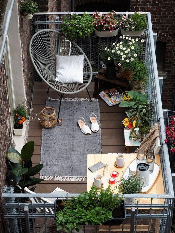 E a varanda pequena, mas com mesa e cadeiras