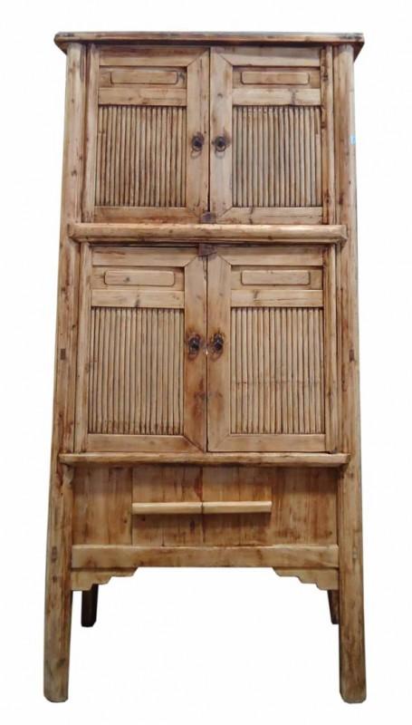 Armário alto em madeira e bamu com de 6900 por 3200 reais na RUG HOLD