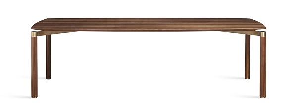 Mesa de jantar Raj assinada pelo designer Fabio Stal, em madeira, com detalhes em latão com 2,80m, por 31.380 reais