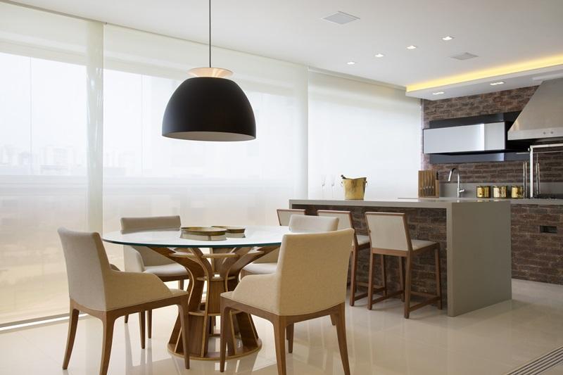 Varanda de um apartamento na Barra assinada pela dupla CLAUDIA PIMENTA e PATRICIA FRANCO