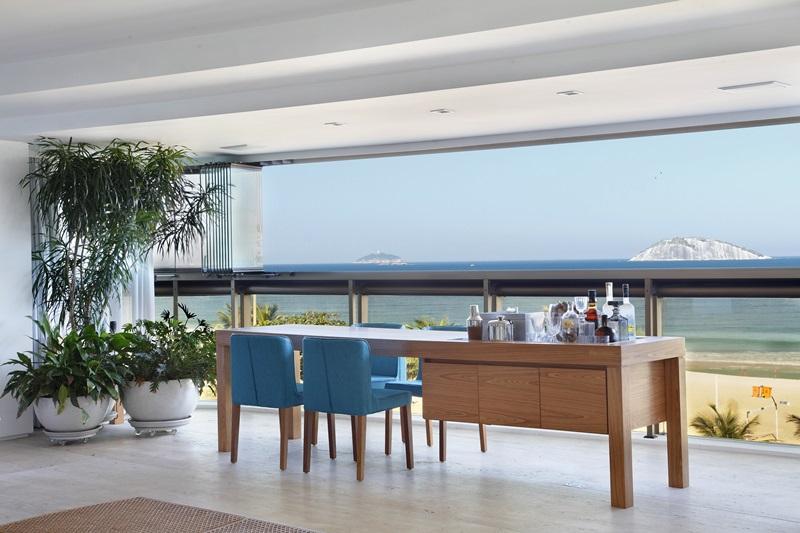 Varanda na Praia de Ipanema assinada pelas arquitetas ROBERTA MOURA e PAULA FARIA