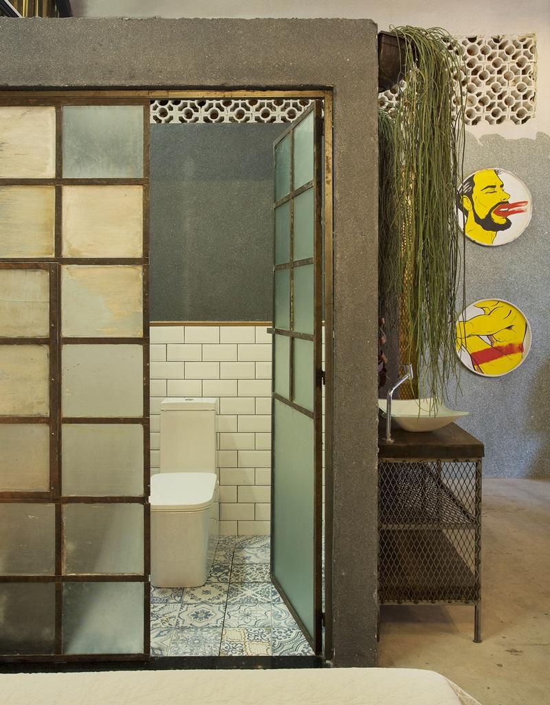 João Velloso e José Oliveira assinam o banheiro do loft: destaque para as esquadrias feitas com um antigo janelão da Bhering e o piso com estampa de azulejaria portuguesa antiga