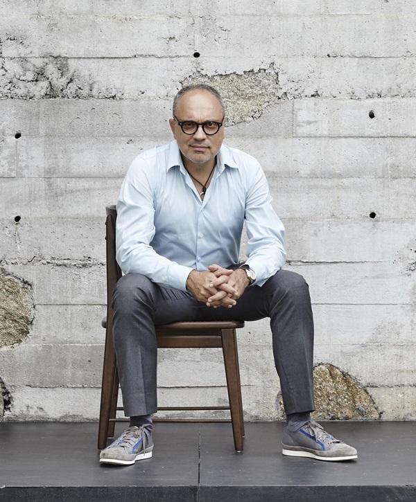 Foto do arquiteto e designer Arthur Casas _ sentado _ livro STUDIO ARTHUR CASAS