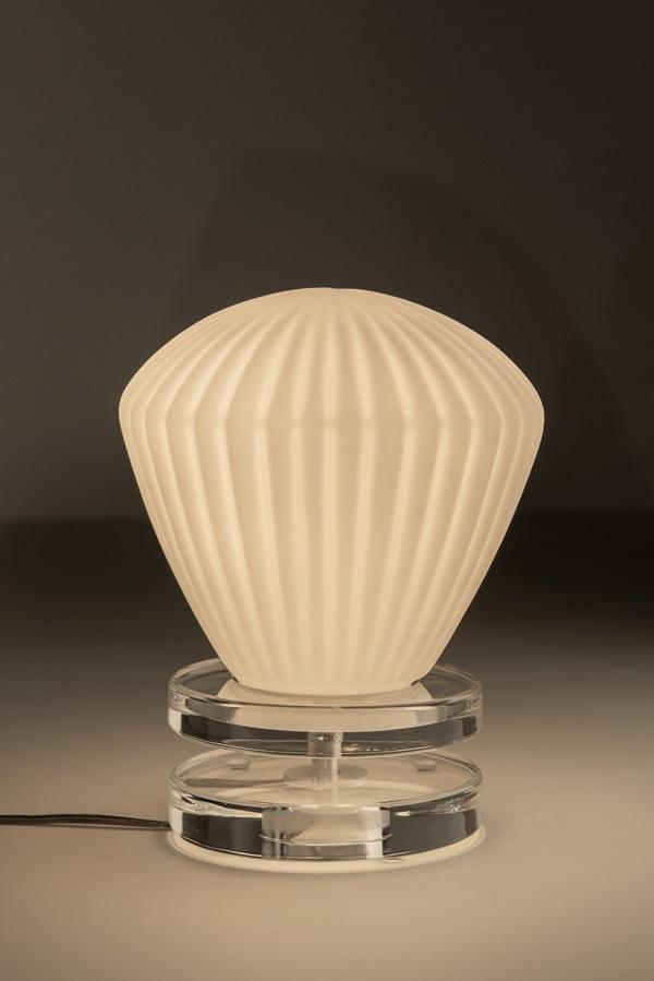 luminária XXO, assinada por Ronald Sasson, com cúpula em vidro soprado e base em acrílico com 25x25x20 cm
