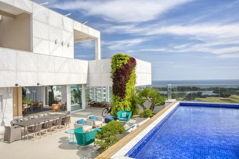Área externa de uma cobertura na Barra assinada pela arquiteta e paisagista CARMEN MOURO _ foto 4