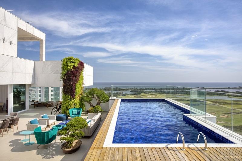 Área externa de uma cobertura na Barra assinada pela arquiteta e paisagista CARMEN MOURO _ foto 5