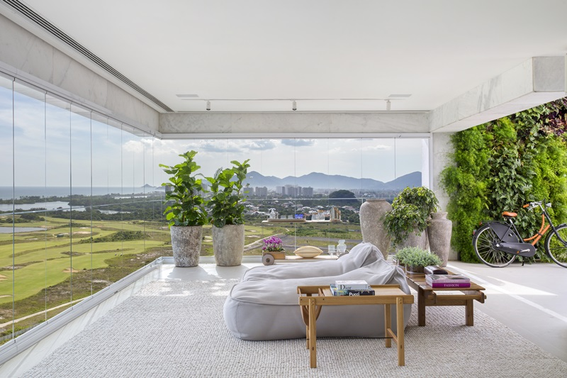 Área externa de uma cobertura na Barra assinada pela arquiteta e paisagista CARMEN MOURO