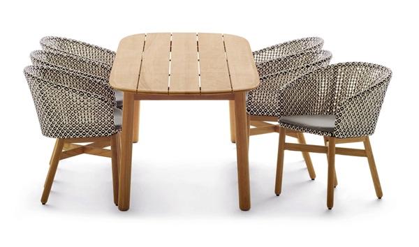 Ampliação da linha Mbrace que passou a incluir cadeiras e mesa Mbrace em madeira teka