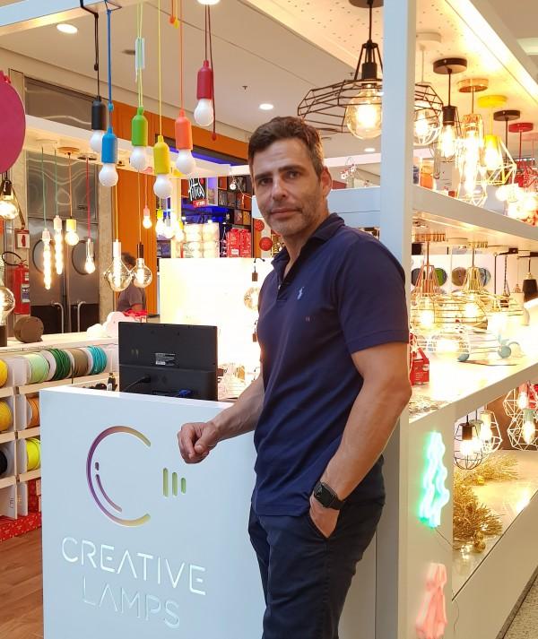 O empresário Fabio Vigorito à frente da CREATIVE LAMPS _ foto 4